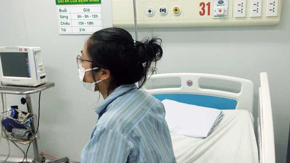 Sáng nay, cô gái mắc Covid-19 đầu tiên ở Hà Nội (BN17) cùng 29 bệnh nhân khác ra viện